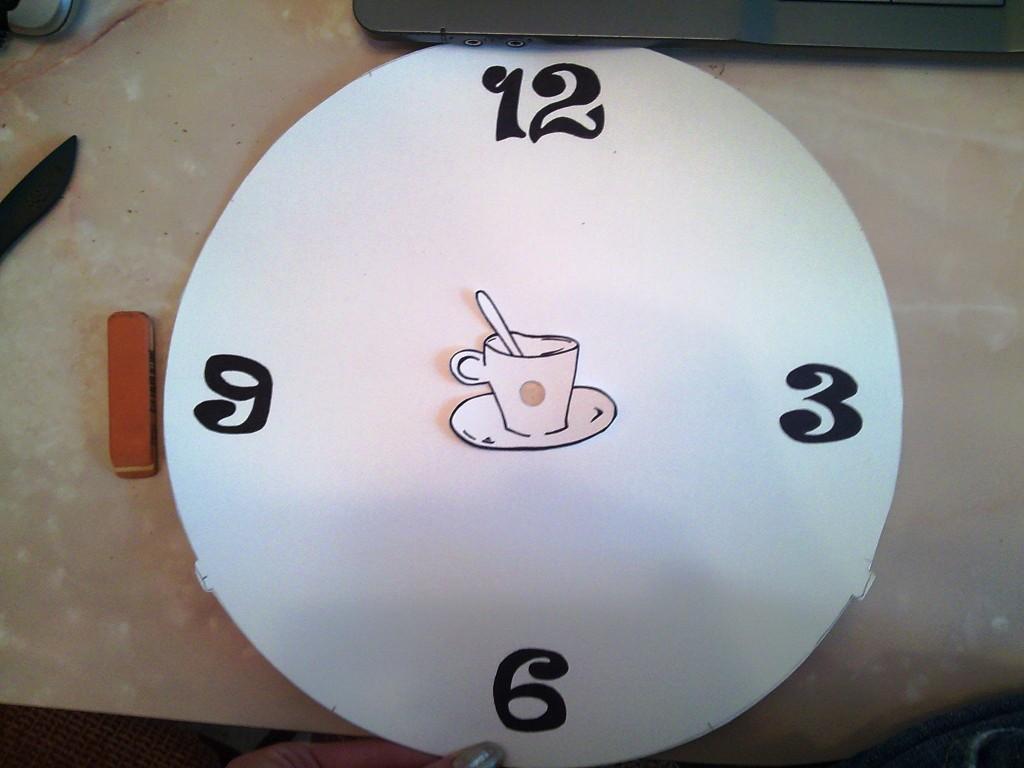 Далее смотрим различное написание цифр, выбираем понравившиеся, и рисуем на циферблате.
