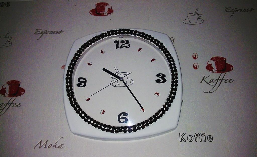 В итоге получились вот такие часы, которые прекрасно вписываются в интерьер кухни!